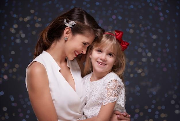エレガントな女性と彼女の魅力的な娘 無料写真