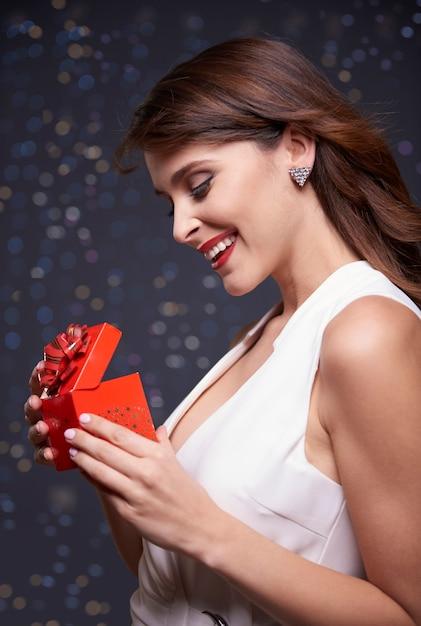 エレガントな女性と小さなプレゼント 無料写真