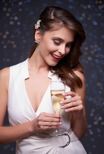 シャンパングラスを持っているエレガントな女性 無料写真