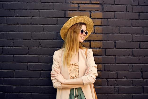 거리 도보 도시 스타일 벽돌 배경에 선글라스에 우아한 여자. 고품질 사진 프리미엄 사진