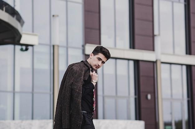 Элегантный молодой красавец. портрет моды. Premium Фотографии