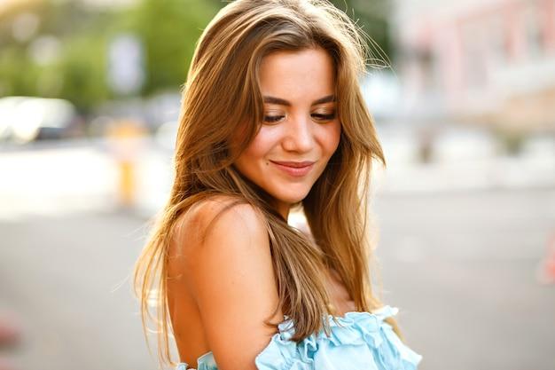 Элегантная молодая великолепная женщина с большими карими глазами и удивительной улыбкой Бесплатные Фотографии