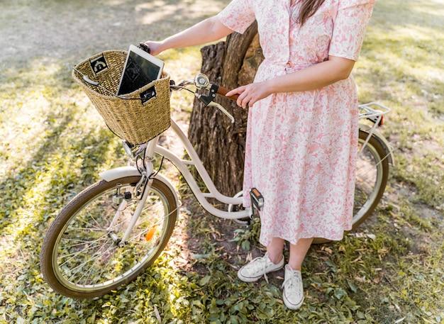 Элегантная молодая женщина позирует с велосипедом Бесплатные Фотографии