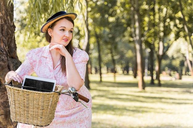 自転車に乗ってエレガントな若い女性 無料写真