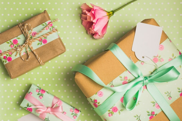 Elevated view of decorative wrapped beautiful gift box on polka dotted backdrop Free Photo