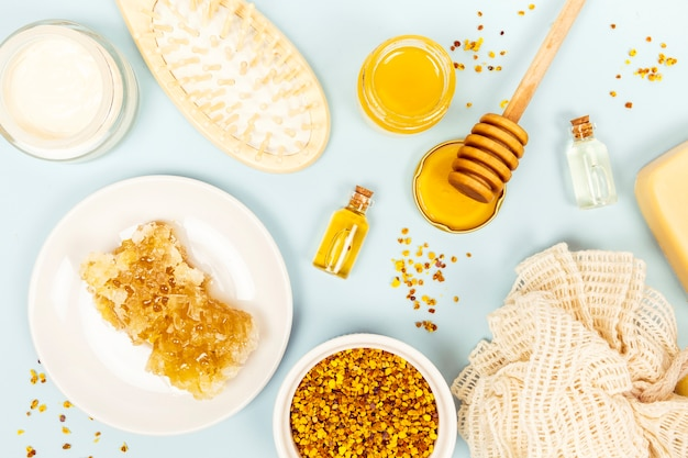 Elevated view of honeycomb and spa item with loofah Free Photo