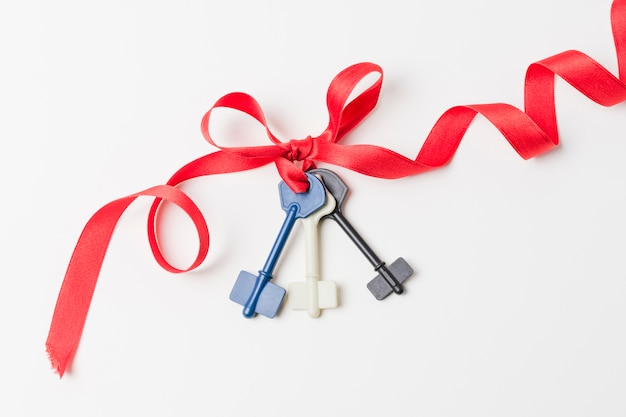 Elevated view of keys tied with ribbon Free Photo