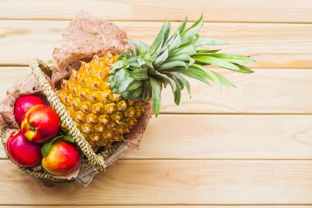 Повышенный вид свежих фруктов на деревянном фоне Бесплатные Фотографии