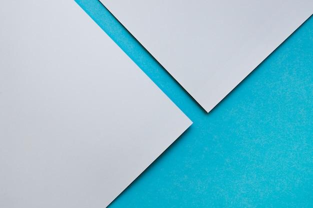 Una vista elevata di due craftpapers grigi su priorità bassa blu Foto Gratuite