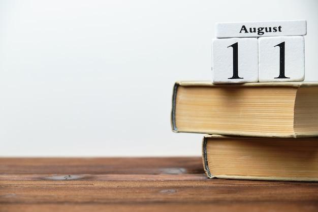 Одиннадцатый день календарного месяца августа на деревянных блоках с копией пространства Premium Фотографии