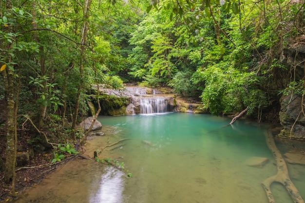 Изумрудный водопад в лесном пейзаже. Premium Фотографии