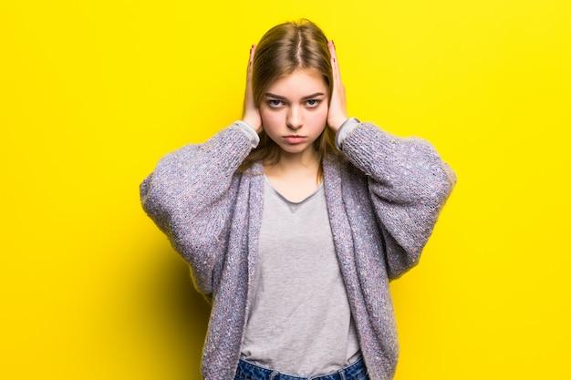 Эмоциональный стресс. подавленная девушка держит глаза закрытыми и закрывает уши руками. не слышу. не хочу слышать изолированную шикарную девушку. Бесплатные Фотографии