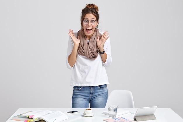 感情的な女性科学者が科学報告書を作成する 無料写真