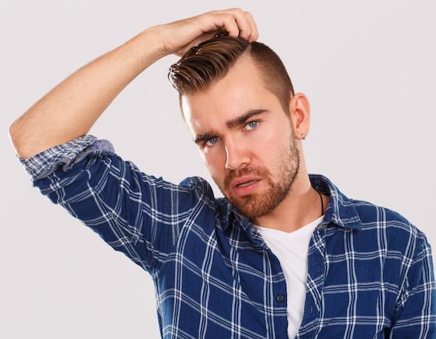 Эмоции. молодой человек в синей рубашке Бесплатные Фотографии