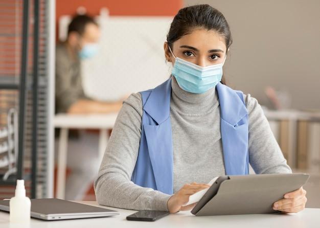 Dispositivo elettronico di disinfezione dei dipendenti Foto Gratuite