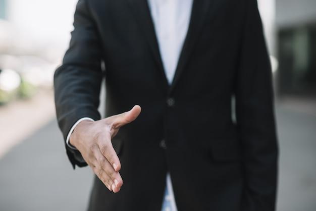 握手をする社員 Premium写真