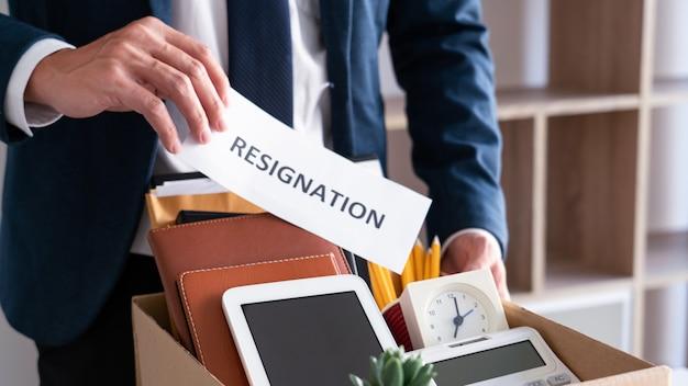 Сотрудники, которые намереваются уйти с работы с заявлениями об увольнении для увольнения или смены места работы, увольняются с работы, уволились с работы Premium Фотографии