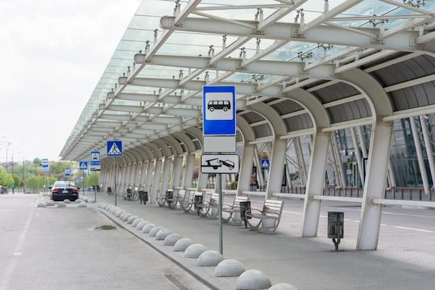 Пустая большая автобусная остановка возле аэропорта. Premium Фотографии