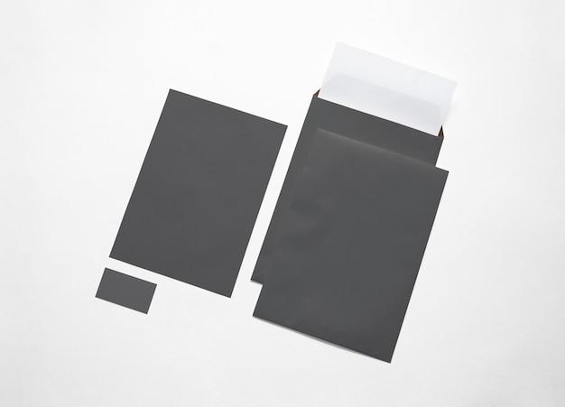 空の黒い紙封筒、レターヘッド、白で隔離されるカード。 3 dイラスト。 無料写真