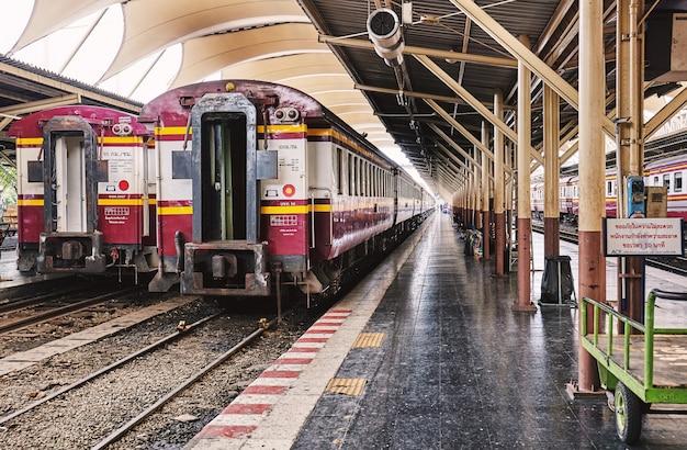 メンテナンスのために列車の駐車場をメインステーションに駐車する Premium写真