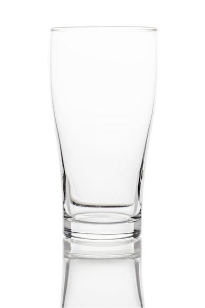空のきれいな飲むガラスカップホワイトスペースに分離されました。クリッピングパス。 Premium写真