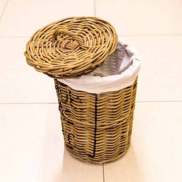 Пустая корзина для ткани, корзина изолированный фон Premium Фотографии
