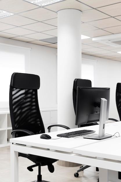 검은 사무실 의자와 빈 회의실 무료 사진