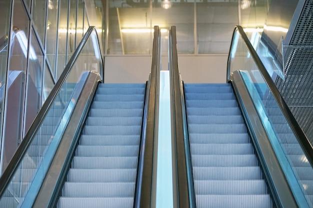 빈 에스컬레이터 계단. 쇼핑몰, 백화점 에스컬레이터에서 현대 에스컬레이터. 유리 건물 안에 빈 에스컬레이터입니다. 프리미엄 사진