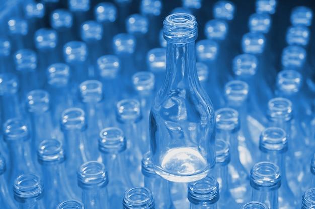 工場で空のガラスボトルブルー色。 Premium写真