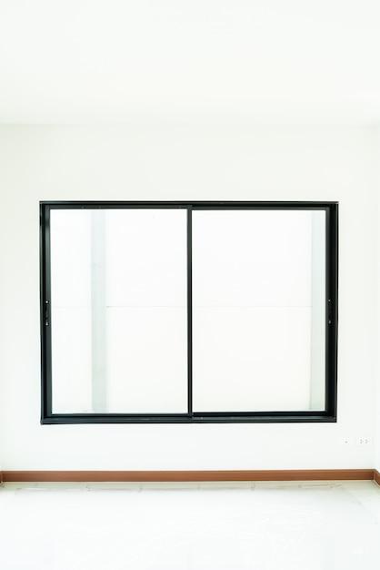 빈 유리창과 집에 문 프리미엄 사진
