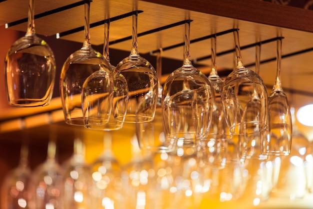 レストランのバーラックの上のワインの空のグラス Premium写真