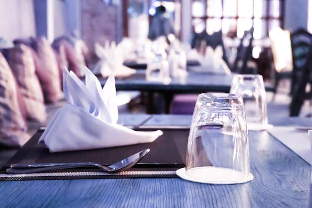 空のグラスはレストランのテーブルに設定 Premium写真