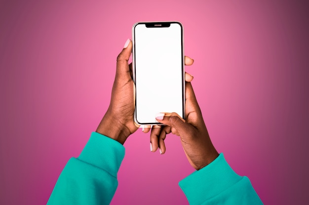 携帯電話を持っている人と空の光る画面 無料写真