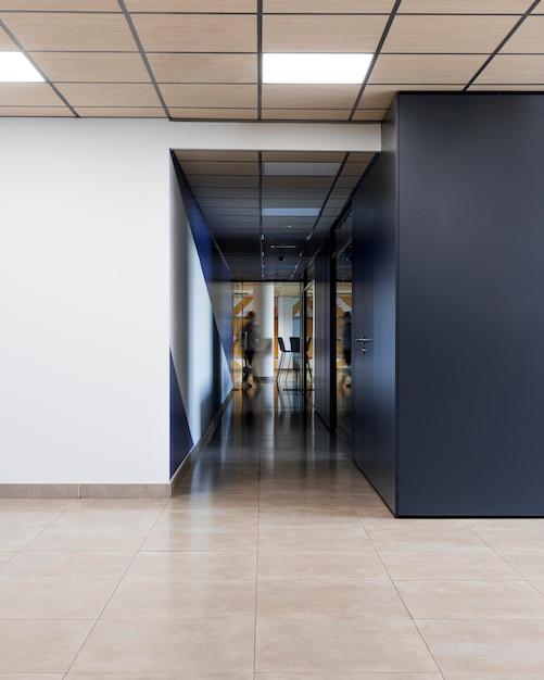 사무실 건물에 빈 복도 무료 사진