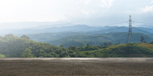 Пустое шоссе, асфальтированная дорога и красивый горный пейзаж Premium Фотографии