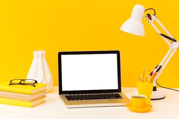 Пустой ноутбук и вид спереди кофе Premium Фотографии