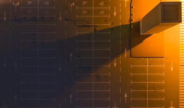 モールの近くの夜の空の照明付き駐車場。上面図。 Premium写真
