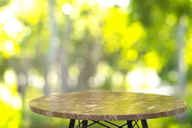 레스토랑 앞에 제품을 표시하기 위해 빈 대리석 테이블 프리미엄 사진