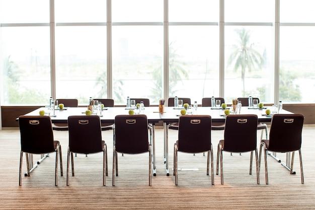 空の会議室と会議テーブル 無料写真
