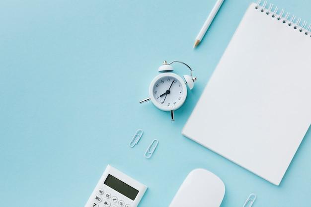 空のメモ帳と目覚まし時計 Premium写真