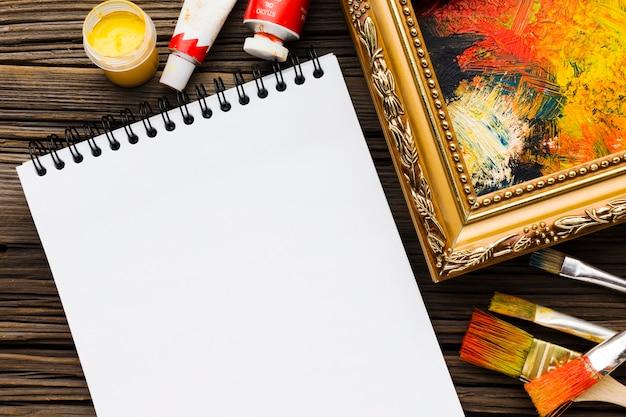 空のメモ帳と塗装フレーム 無料写真