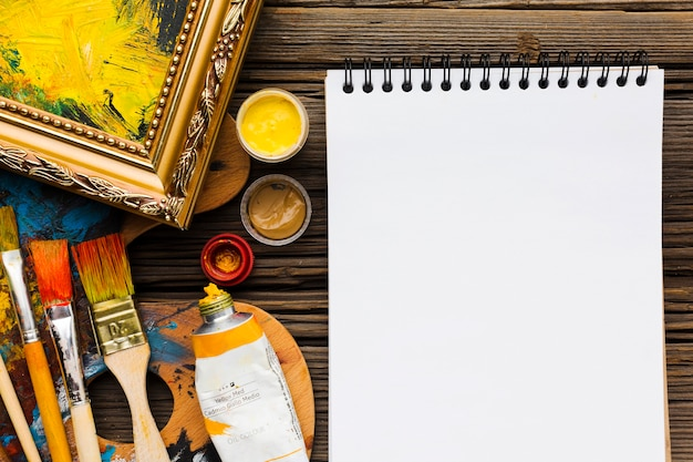 Empty notepad and paint brushes Premium Photo