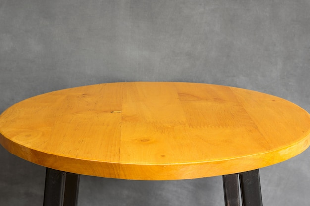 灰色のコンクリートの壁に木製テーブルトップの空 Premium写真
