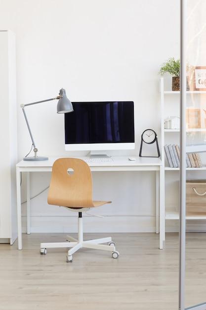 Пустое рабочее место офиса за стеклянной стеной в современном минималистичном дизайне Premium Фотографии