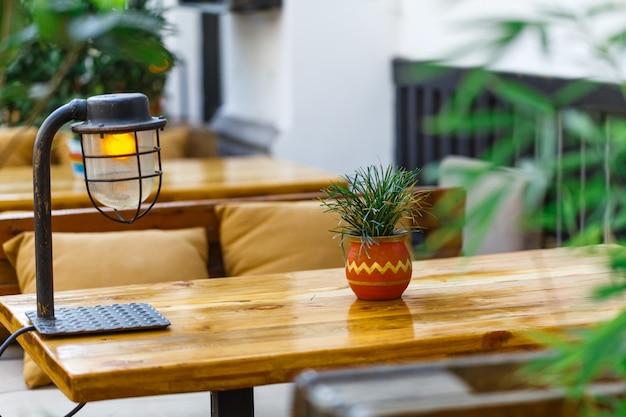 Пустой открытый столик в ресторане Premium Фотографии
