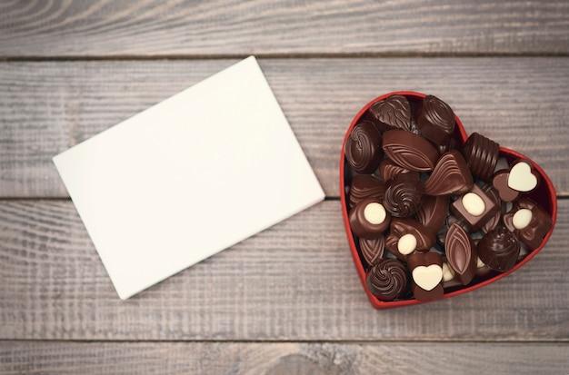 空の紙と開いたチョコレートボックス 無料写真