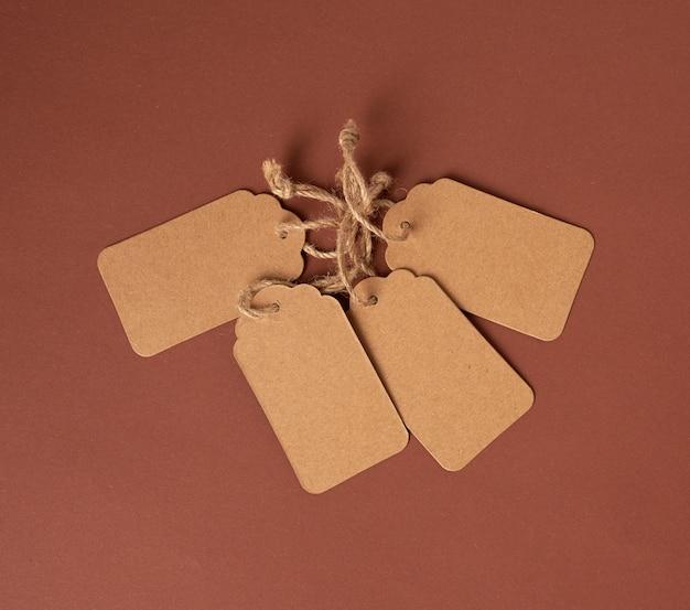 ロープに空の紙茶色の長方形の値札 Premium写真