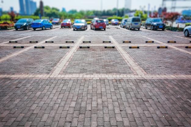 Parcheggio vuoto, corsia di parcheggio all'aperto nel parco pubblico Foto Gratuite