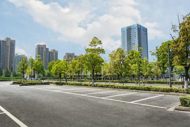 나무와 빈 주차장 무료 사진