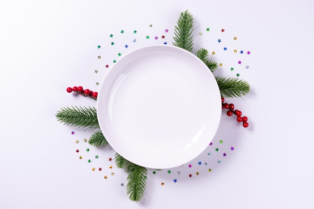 Empty plate dish and fir branches Premium Photo